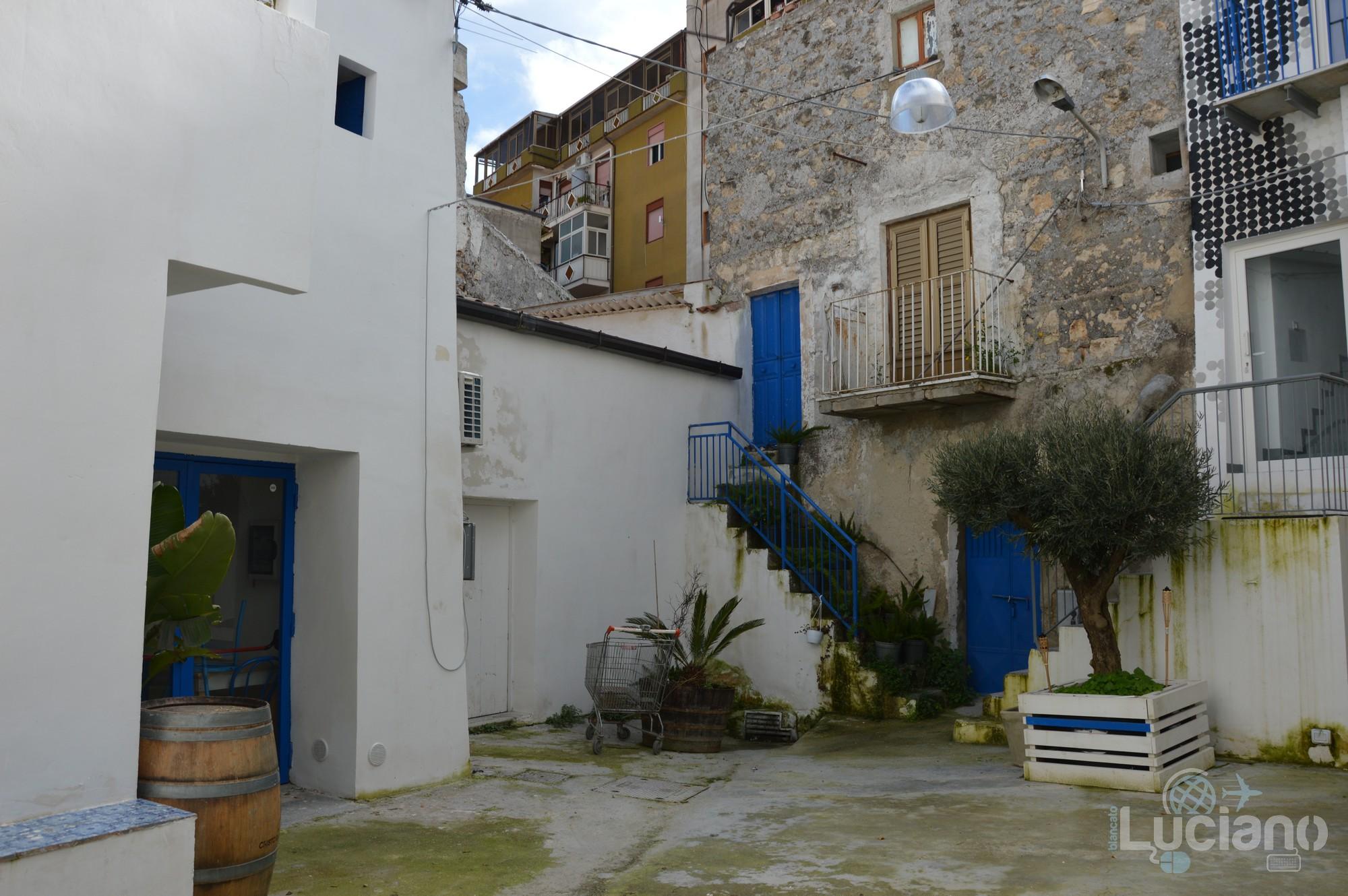 cortile per le vie del per le vie del Farm Cultural Park a Favara (AG)