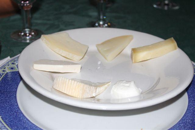 l'insieme dei formaggi in degustazione con la ricotta salata Cilentana e lo spalmabile Lattica