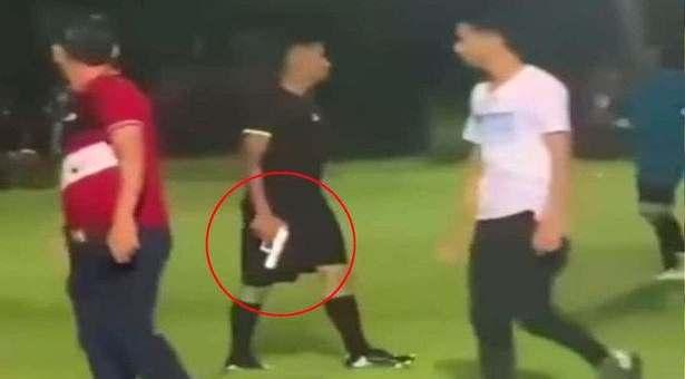 Referee pulls out gun during football match in Honduras
