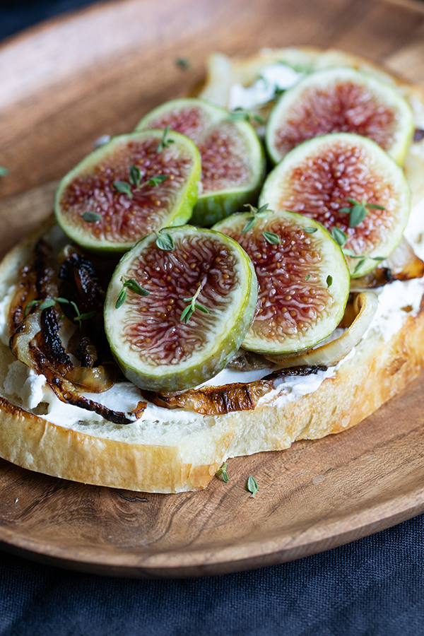 Savory Fig Toast. Delicious sourdough bread toast topped with fresh figs, caramelized onions, and goat cheese! A delicious and easy appetizer, or vegetarian breakfast and lunch idea. #lmrecipes