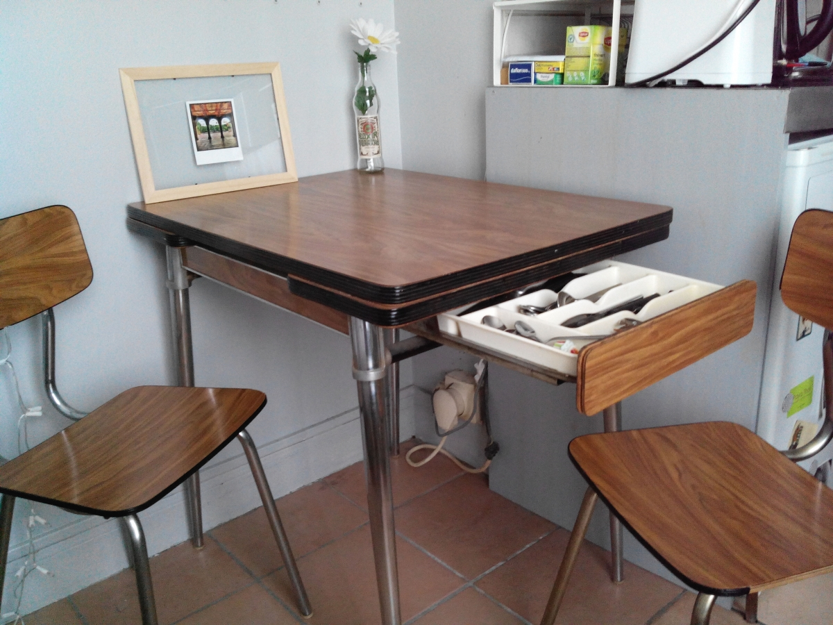 table formica 2 chaises