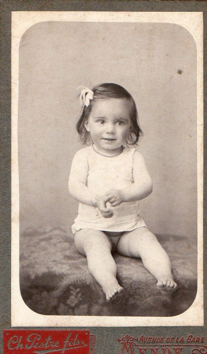 photo ancienne enfant avec nœud dans les cheveux vers 1900