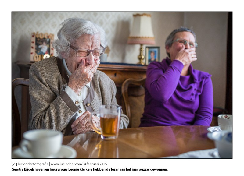 Geertje Eijgelshoven en buurvrouw Leonie Kleikers hebben de lezer van het jaar puzzel gewonnen.