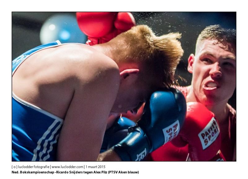 Ricardo Snijders (Olympia 75 rood) tegen Alezx Pilz (PTSV Aken blauw) Zuid-Nederlandse bokskampioenschappen (boks gala) in MFC gebrook te Hoensbroek. Olympia 75 is gastheer voor de finale.