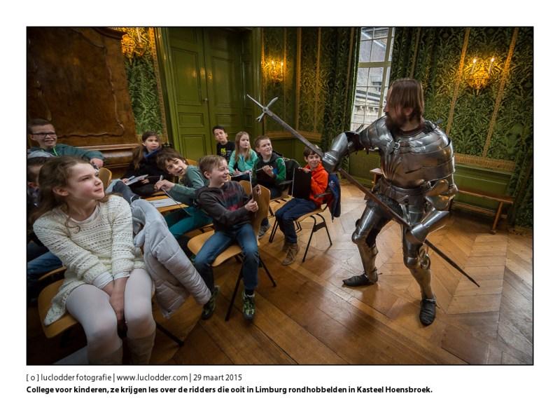 College voor kinderen, ze krijgen les over de ridders die ooit in Limburg rondhobbelden in Kasteel Hoensbroek.