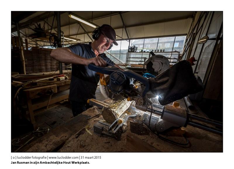 Jan Rusman in zijn Ambachtelijke Hout Werkplaats, zelf atleet en zit vaak op de fiets, en werkt geregeld in outfit in de werkplaats.