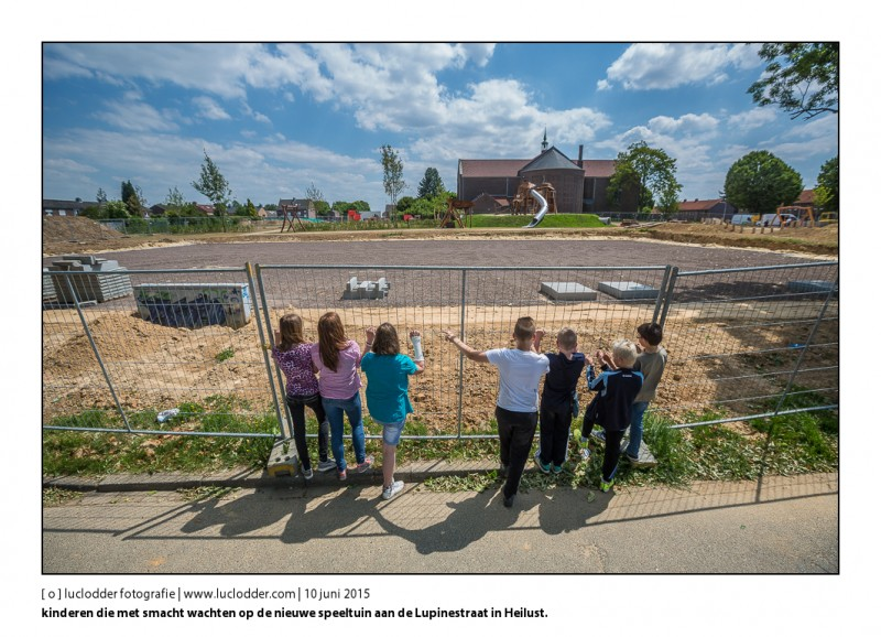 Nieuwe speeltuin aan de Lupinestraat in Heilust (kerkrade) gaat de 29e open. Op de achtergrond de kerk en kinderen die met smacht wachten op de voorgrond.