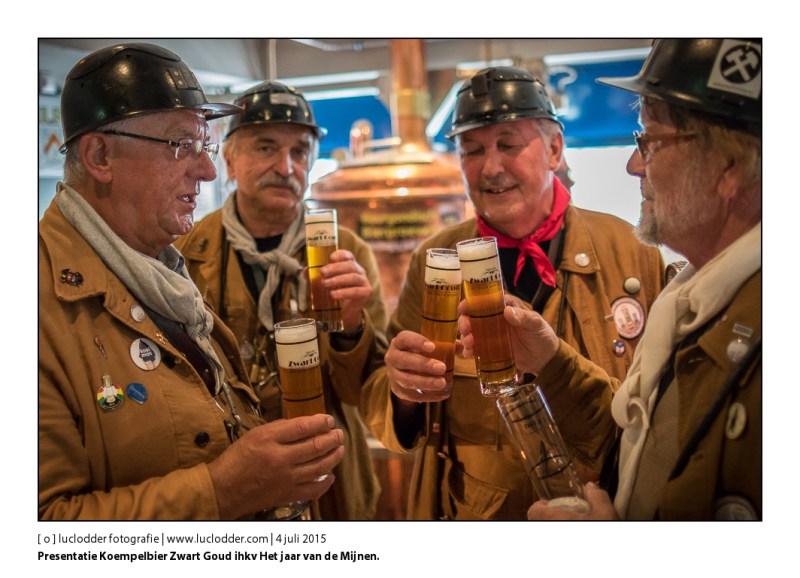 Presentatie lokaal bier ter gelegenheid van het Jaar van de Mijnen, ontwikkeld door Cult Bier en gepresenteerd aan Koempels. Koempelbier Zwart Goud