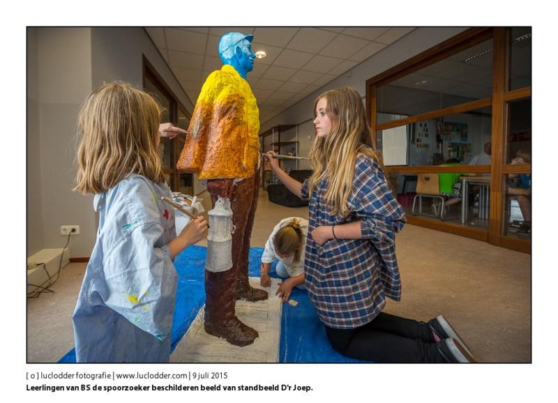 Schoolkinderen van basisschool de spoorzoeker beschilderen miniatuurbeeld van standbeeld D'r Joep