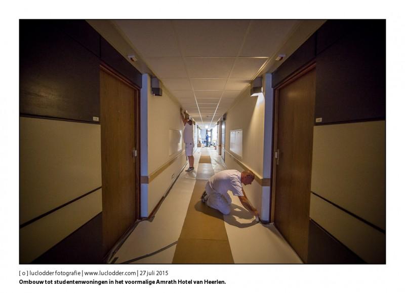 Schilders plakken alles al in de gangen af, om morgen de muren in diverse kleuren te verven. Werkzaamheden in het voormalige Amrath Hotel (grand hotel) van Heerlen. De eerste twee verdiepingen worden klaar gemaakt voor verhuur aan Studenten. De eerste twee kamers aan het begin van de gangen worden gezamelijke keuken en waskeuken.