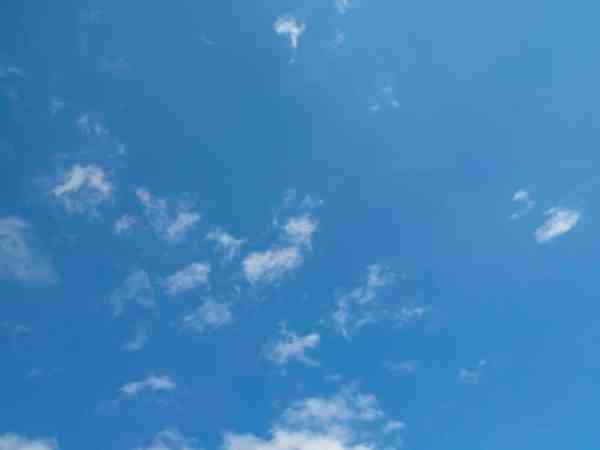 Himmel mit kleinen Wolken