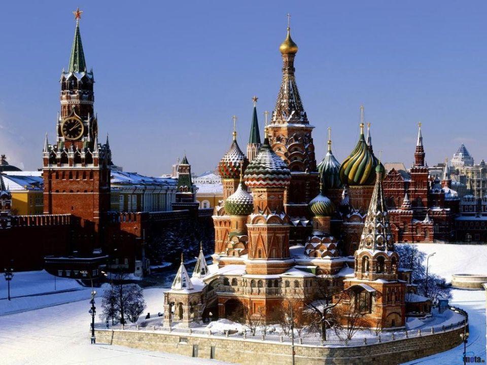 plaza roja en moscú cubierta de nieve
