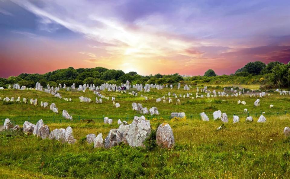 Alineamiento de Carnac o el jardín de los menhires en Francia
