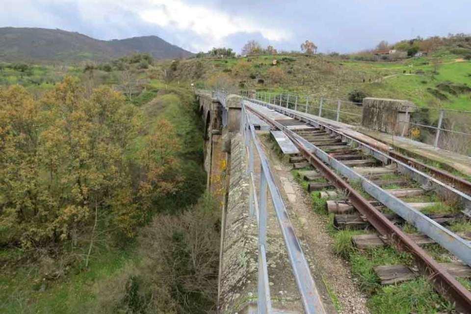Restos del trazado de vías de tren en el camino natural Vía de la Plata