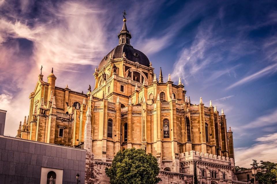 La Catedral de la Almudena en Madrid es una de las más emblemáticas de España