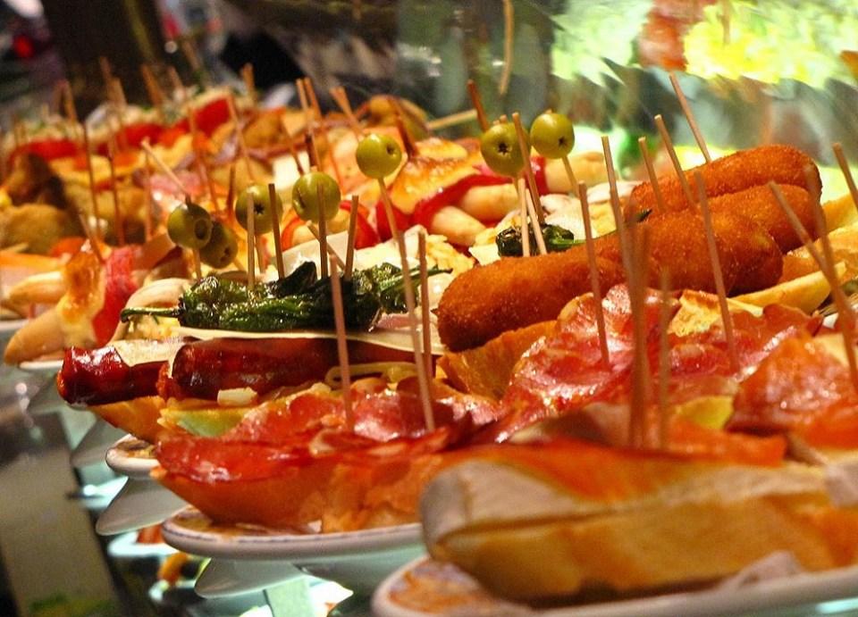 Los pintxos son un aperitivo típico de la gastronomía de San Sebastián