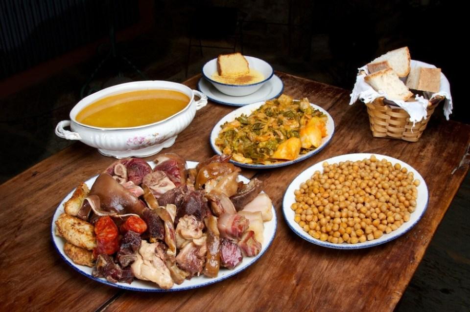 El cocido se come al revés y se sirve en 3.