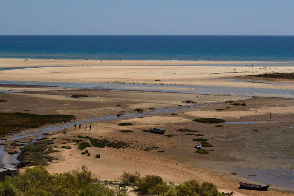 Tavira en el Algarve portugués tiene una playa virgen que no puedes perderte