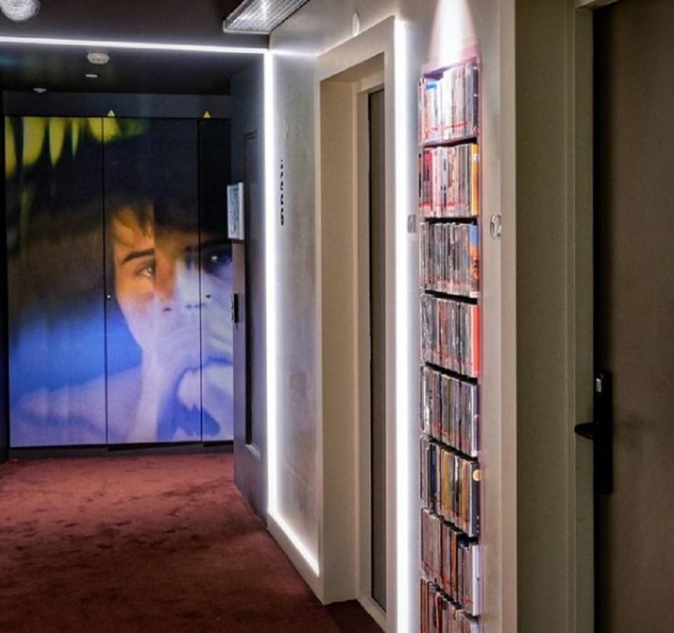 El hotel cuenta con una colección de más de 2.000 títulos en DVD
