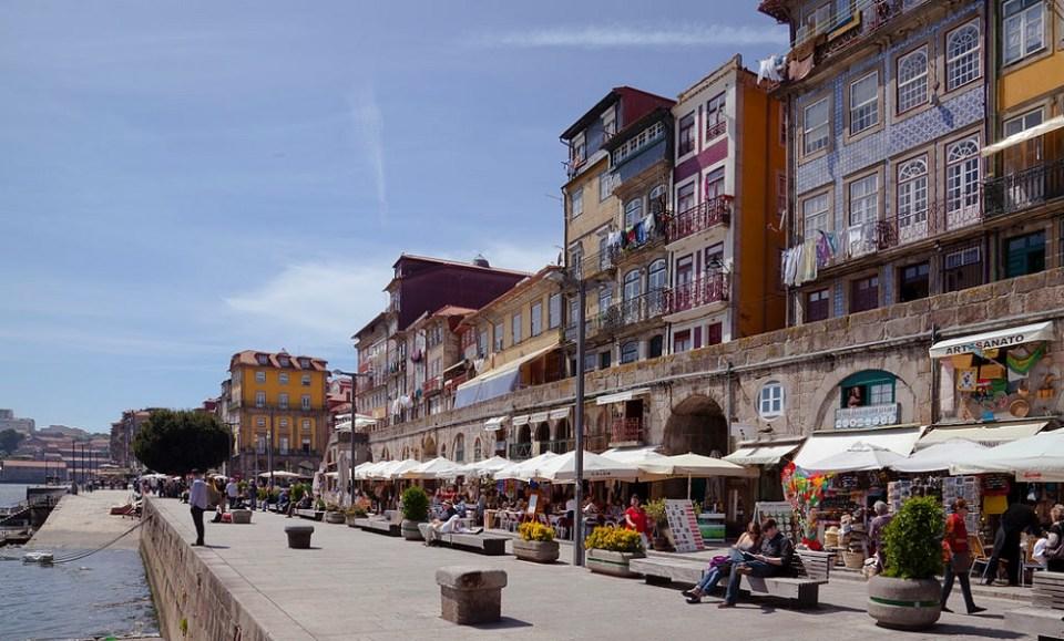 Uno de los barrios que ver en Oporto es el de Ribera, a un costado del Duero