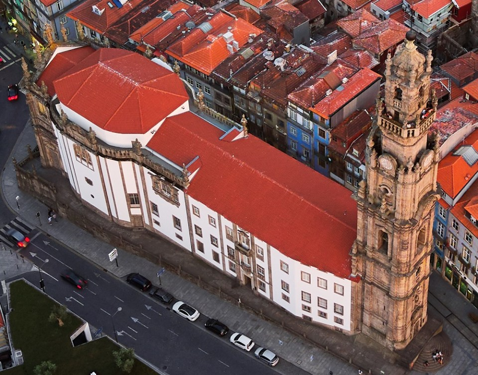 La Torre de los Clérigos es uno de los sitios que ver en Oporto más importantes