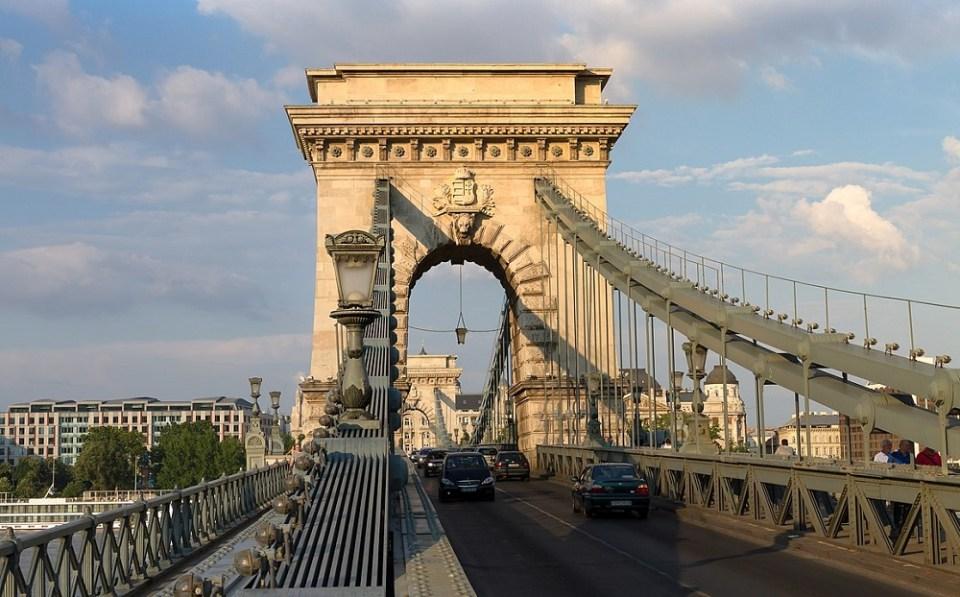 El Puente de Cadenas es símbolo nacional y fue dinamitado por los nazis