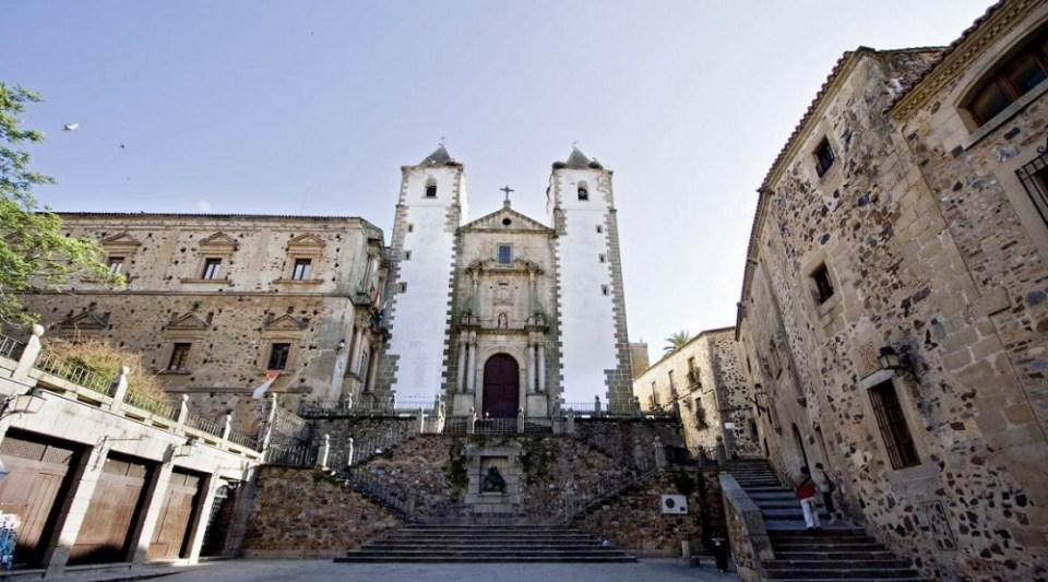La plaza de San Jorge está enmarcada por una iglesia