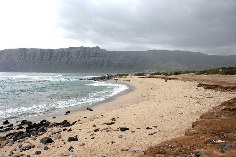 Dentro de las rutas en quad más populares por Lanzarote se encuentra la de la visita a las playas de Famara