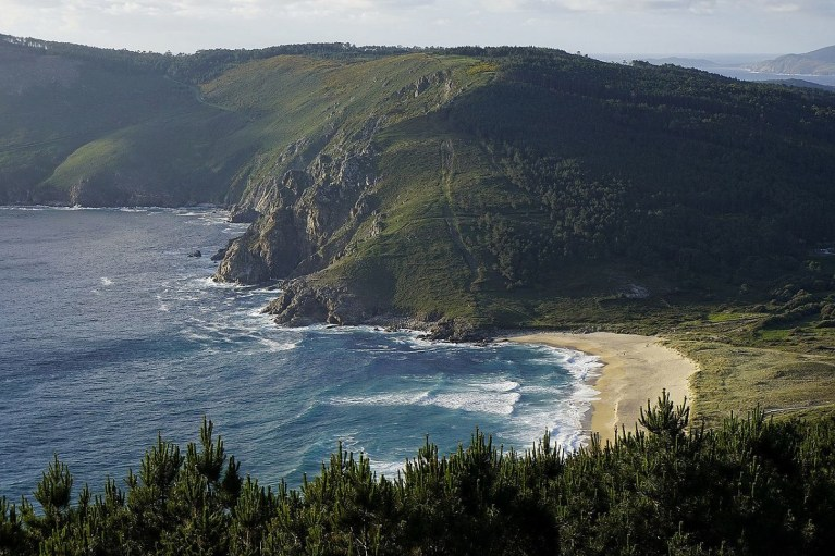 En Finisterre se encuentra una de las mejores playas de Galicia: es muy pequeña y no recibe muchos visitantes