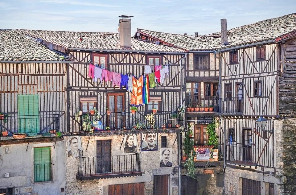 En Mojarraz destacan las pinturas de los vecinos en las fachadas de las casas