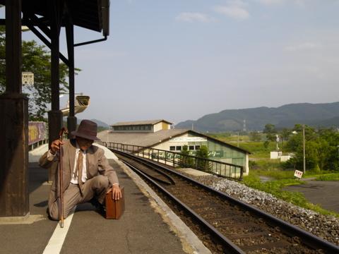 鳴響pH2.0 舞踏家の森先生、ホームで電車を待つ