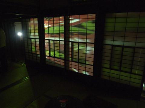 鳴響pH2.0 東京食堂の映像が自炊部の障子に映し出される