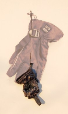 arch.n. 887 mano nera guanto resinato + riproduzione fotografica su tela applicata a tavola cm 85 x 51- anno 2009