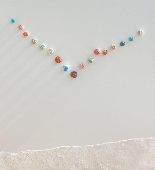 arch.n. 1094 Volo multicolor calzini compattati con ferro zincato, resinati e avvitati su tavola smaltata bianca + intervento ad affresco, cm 100x110, anno 2012