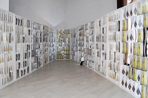 moduli creati da 49 immagini ciascuno, unite con filo sottile trasparente. Si muovono con lieve vento