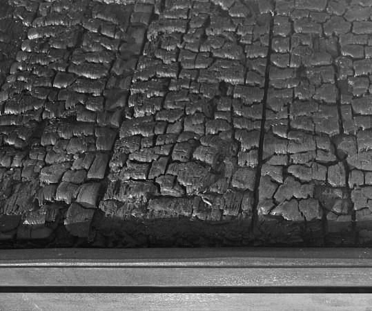 particolare: Arch.n. 1.307 Tavolo rinascita, cm 87 x 231 x 81h, anno 2015 struttura in ferro trattato ruggine + cristallo temperato. All'interno tavola bruciata consolidata con appropriate resine