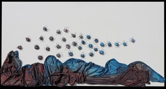 Arch. n. 1.693 Il volo dei buoni frutti tessuto, resina, filo di ferro zincato su tavola smaltata, cm 50x100 – 2019