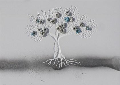 """""""Dalla plastica alla luna"""", archivio n. 1919, cm 24x33 concept: scopriamo che c'è l'acqua sulla luna e non riusciamo a liberare gli oceani dalla plastica. Opera interamente realizzata con plastiche da riciclo, anche i """"frutti"""" sono creati con sacchetti non degradabili. Un paesaggio lunare accoglie gli alberi del futuro."""
