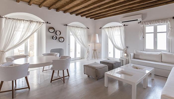 livingroom-villa-Mykonos-tavolo-tondo,-poltroncine-e-specchi-rotondi