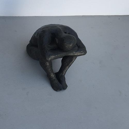 scultura l'uomo che piange