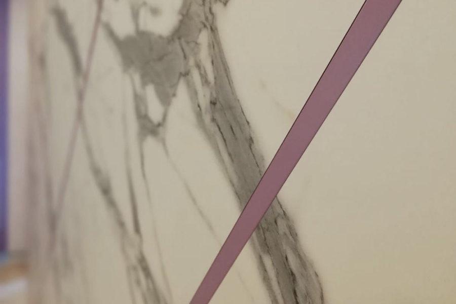 Marmo Calacatta con inserti in Legno messello laccato opaco