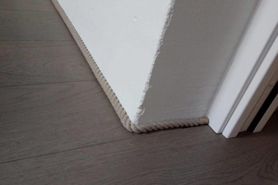 zoccolo-in-corda,appartamento-in-sardegna,-parquet-in-legno,-muri-bianchi