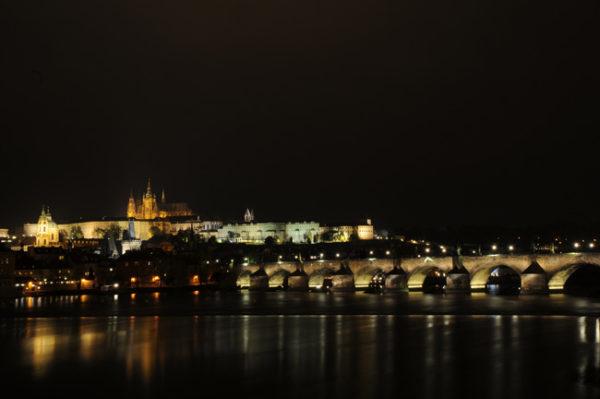 O Castelo visto desde a margem do rio Moldava.