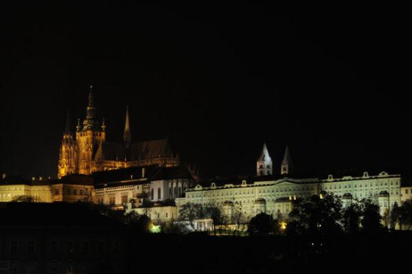 Panorama noturno da colina do Castelo, em Praga.