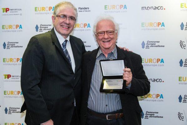 Representando o fotógrafo Lamberto Scipioni, que está na Europa, Luis Pellegrini (direita) recebe o prêmio das mãos de Luiz Fernando Destro, representante do Turismo Checo no Brasil.