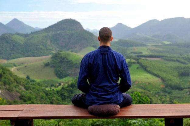 No Mosteiro Zen Budista Morro da Vargem, no Espírito Santo, monge medita diante de paisagem natural