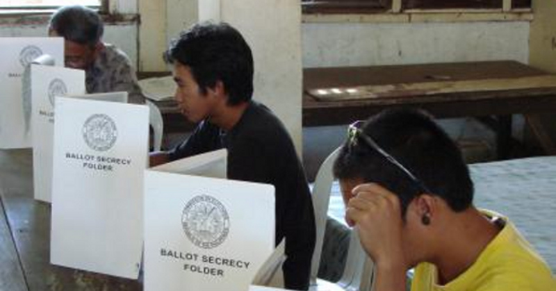 Voters in Region 8 exercise their most sacred right to vote for candidates of their choice. (PIA-8 photo by Vino Cuayzon)
