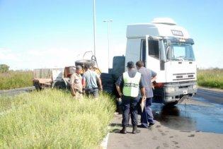 El cuerpo del motociclista quedó atrapado debajo del acoplado camión