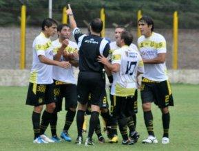 Los jugadores canarios protestan el grosero error del árbitro. Flandria se quedaría con 9