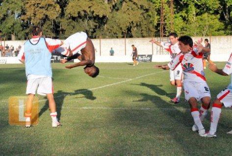 Orode gira por el aire festejando su gol. Fue el segundo de la victoria del lujanero